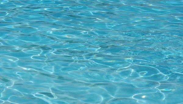5 raisons pour expliquer pourquoi l'eau est trouble de votre piscine